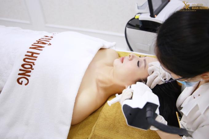 Tại sự kiện, Thúy Hằng còn trực tiếp trải nghiệm công nghệ Vinno Effect làm trẻ hóa da vùng chân tóc. Công nghệ đưa dưỡng chất trực tiếp vào chân tóc, kích thích nguyên bào sợi, giúp tái tạo phục hồi da làm giảm nếp nhăn nông và sâu.