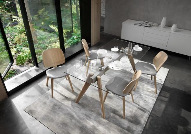 Bộ bàn ghế ăn có thiết kế chân gỗ tinh gọn và mặt bàn thủy tinh trong suốt.