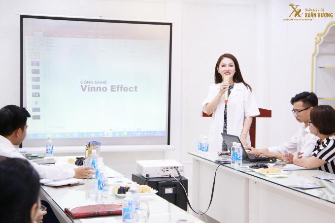 Chủ tịch Đặng Thị Xuân Hương - Hoa hậu doanh nhân Việt Nam thế giới cũng góp mặt tại sự kiện. Cô chia sẻ niềm tự hào của Thẩm mỹ viện Xuân Hương khi được là đơn vị ứng dụng công nghệ Vinno Effect 2018 - công nghệ Hàn Quốc thế hệ mới.