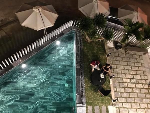 Đây là không gian lý tưởng anh Việt dành tiếp đãi bạn bè bằng những bữa tối lãng mạn hay tiệc bể bơi.
