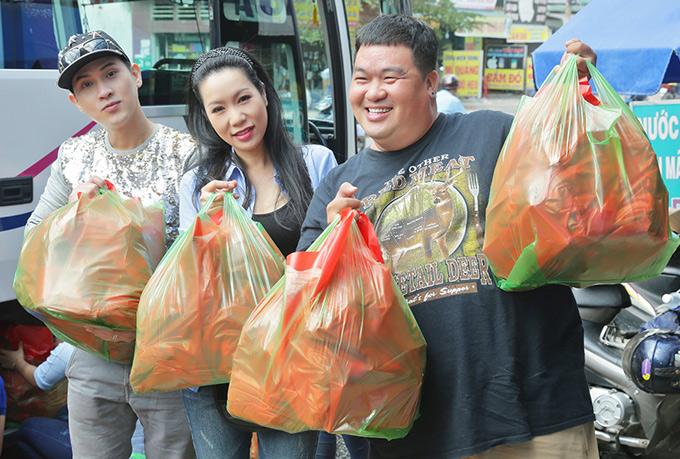 Diễn viên hài Hoàng Mập cũng về thành phố Mỹ Tho, Tiền Giang cùng đồng nghiệp giao lưu, thăm hỏi các cụ già neo đơn, trẻ mồ côi và bệnh nhân tâm thần.