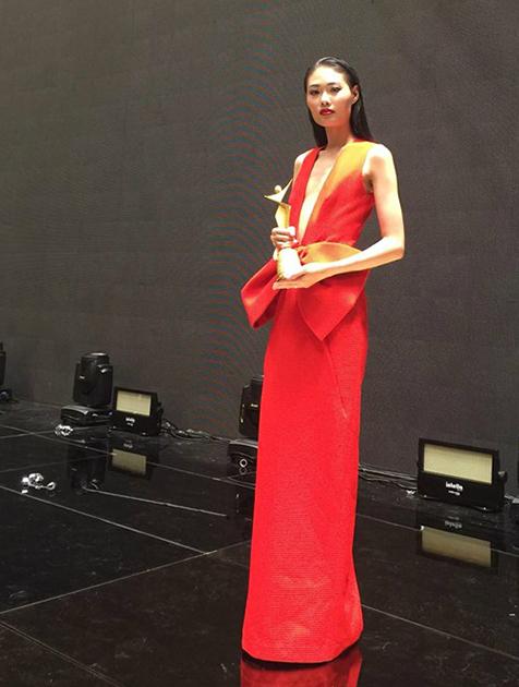 Mai Giang diện mẫu váy đỏ rực rỡ của nhà thiết kế Đỗ Mạnh Cường trong đêm trao giải của