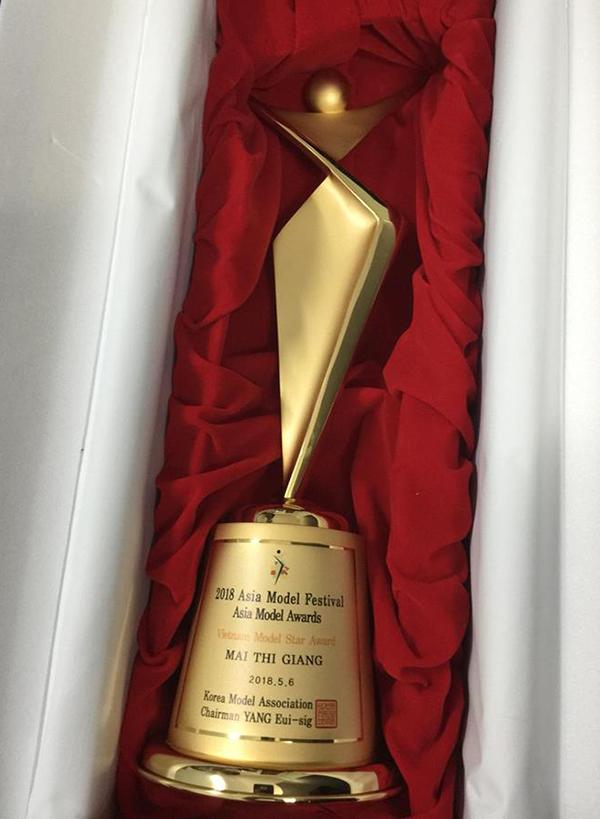 Người mẫu nhận được nhiều lời chúc mừng của khán giả hâm mộ khi khoe cúp vừa nhận được từ giải thưởng danh giá.