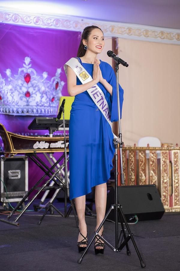 Người đẹp Hải Phòng tự tin giới thiệu bản thân bằng tiếng Anh. Cô cũng ngỏ lời mời hoa hậu các nước đến thăm Việt Nam nếu có dịp.
