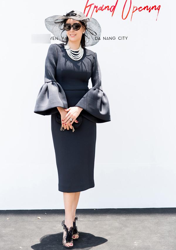 Hoa hậu Việt Nam 1992 Hà Kiều Anh diện bộ cánh tay chuông, phụ kiện mang phong cách cổ điển.