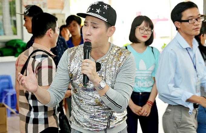 Nguyên Vũ khoe giọng hát tặng người dân trong chuyến về miền Tây.