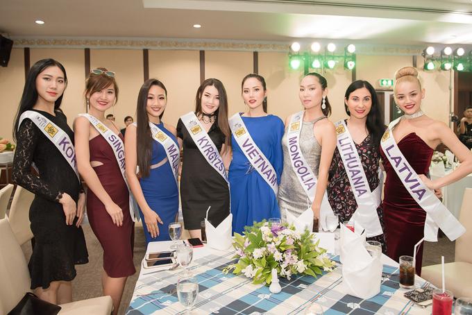 Diệu Linh chụp ảnh kỷ niệm cùng dàn thí sinh trong buổi tiệc.