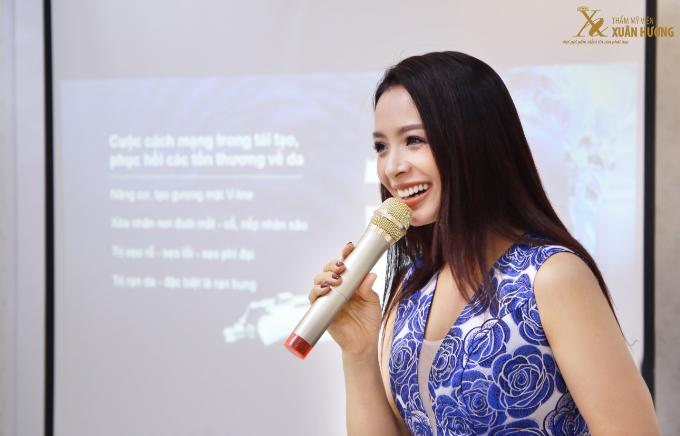 Thúy Hằng diện chiếc váy không tay họa tiết xanh - trắng duyên dáng. Cô tự tin với những chia sẻ trải nghiệm thực tế về Vinno Effect 2018 - công nghệ làm đẹp, tái tạo và phục hồi thương tổn, khôi phục vẻ đẹp của làn da.