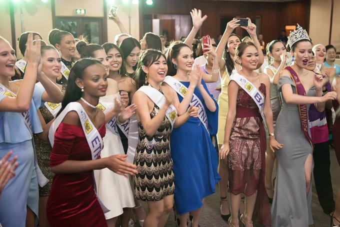 Trong buổi tiệc, các thí sinh cùng ca hát, nhảy múa. Diệu Linh chia sẻ, sau buổi này họ đã trở nên thân thiết hơn.