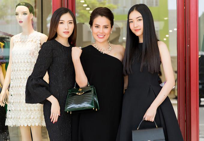 Hoa hậu quý bà hòa bình thế giới 2017 Phương Lê (giữa)xách túi hàng hiệu, rạng rỡ chụp ảnh cùng hai đàn em Thanh Thanh Huyền (trái) và Ngọc Trân.