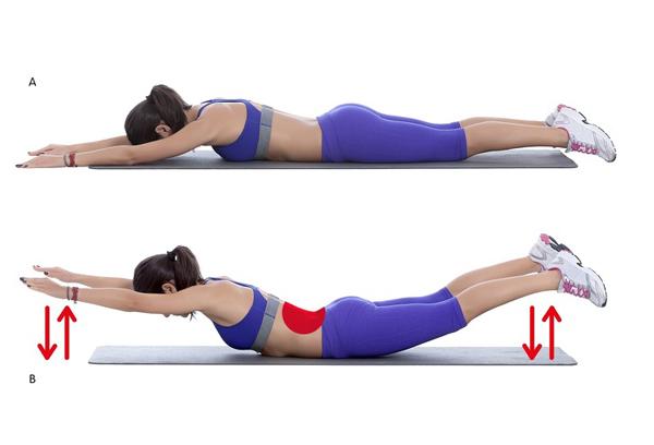 Nằm sấp trên thảm, tay và chân duỗi thẳng, úp xuống mặt thảm. Dùng cơ bụng nâng đầu, ngực, tay và chân lên cao