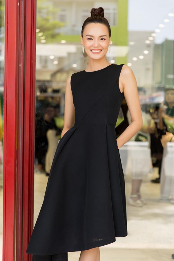 Người mẫu Lê Thanh Thảo cũng là khách mời trong buổi khai trương cửa hàng mới của Đỗ Mạnh Cường.