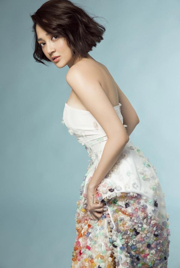 Bảo Anh gửi tặng người hâm mộ bộ ảnh mà cô vừa thực hiện. Nữ ca sĩ mặc những bộváy cúp ngựccóhoạ tiết hoa trông gợi cảm.
