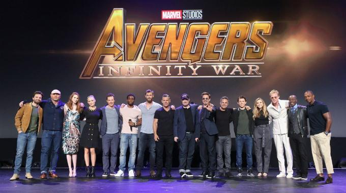Dàn sao khủng được Kevin Feige (đội mũ lưỡi trai, chính giữa) quy tụ trong Vũ trụ Điện ảnh Marvel. Ảnh:Telegraph.