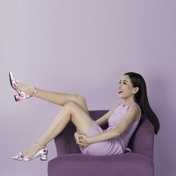 Trẻ trung, mới mẻ với giày cao gót đính nơ có quai. Sắc hoa được mix-match gam màu hài hòa, không quá chói lóa, cho phép người dùng kết hợp với nhiều kiểu trang phục.