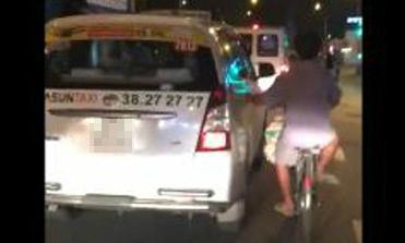 Người đàn ông bám vào xe taxi đi cả đoạn đường dài ở TP HCM