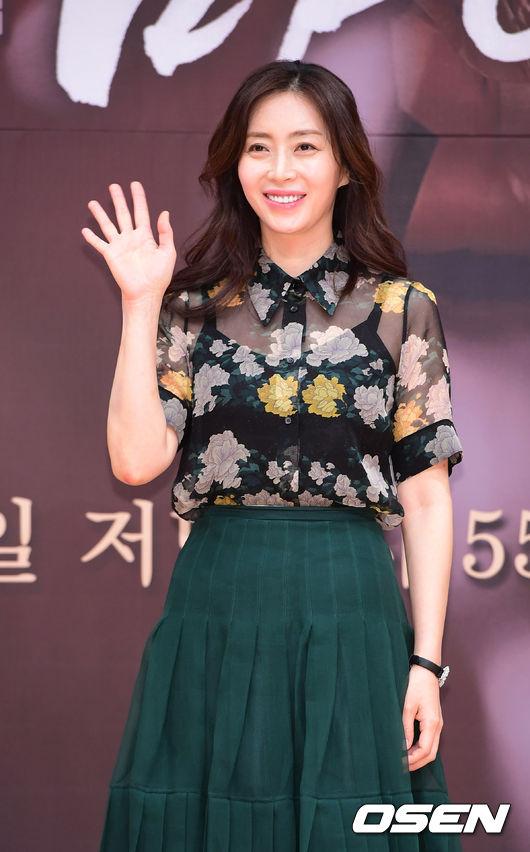 Dự buổi họp báo, diễn viên Song Yoon Ah tươi trẻ và rạng rỡ. Tác phẩm đánh dấu sự trở lại của mỹ nhân Hàn sau 2 năm, kể từ The K2 đài TvN.