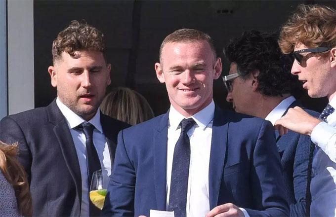 Rooney vui vẻ đến trường đua ngựa Chester Races gần Liverpool để hội ngộ với nhóm bạn.