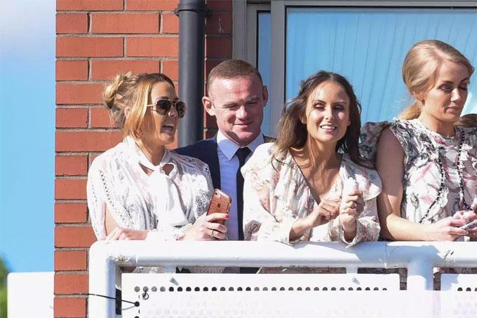 Rooney trò chuyện với nhóm bạn gái.