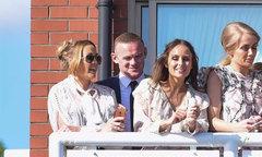 Rooney vui vẻ với vợ và nhóm bạn sau khi ký hợp đồng đến Mỹ