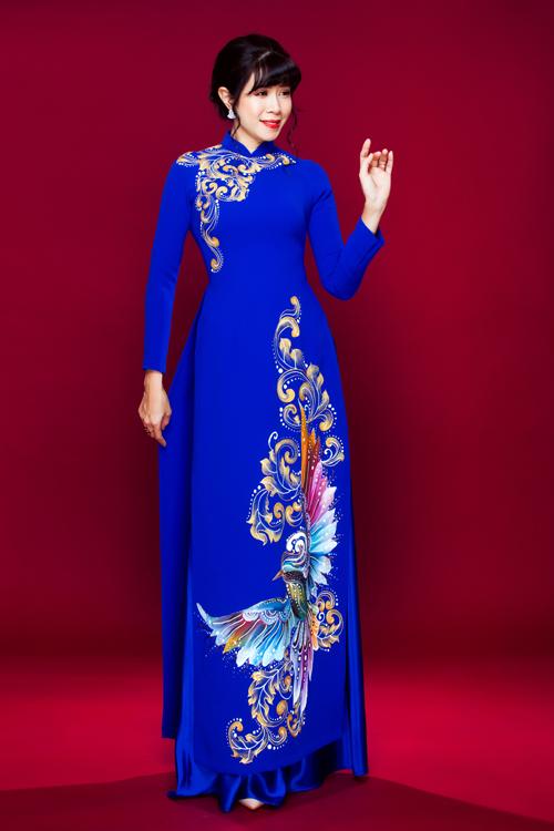 Nếu yêu thích màu xanh, bà sui có thể lựa chọn một thiết kế khác có cổ, dễ dàng phù hợp với mọi dáng người. Họa tiết nhiều màu vàng làm sáng khuôn mặt.