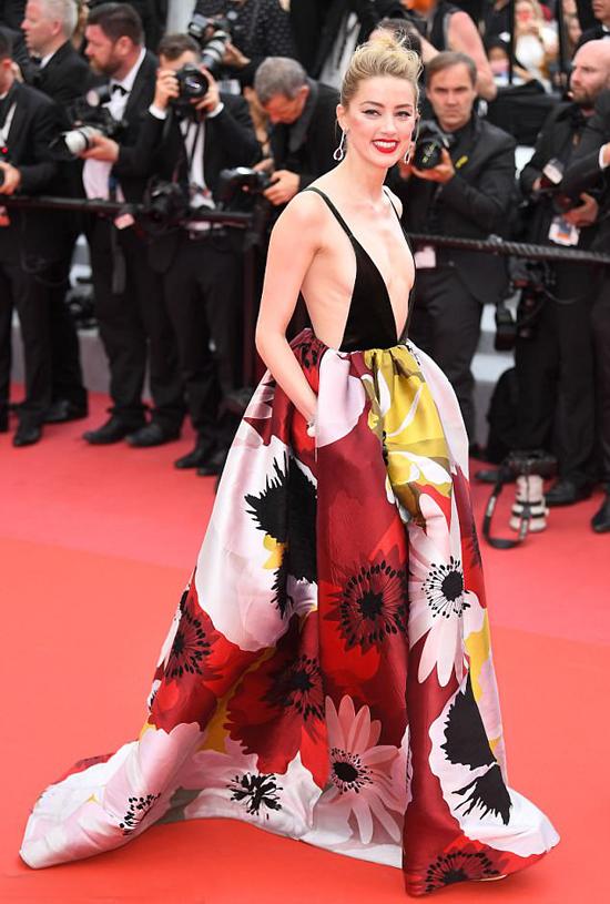 Amber Heard thu hút sự chú ý với đầm hoa lộng lẫy và sexy trên thảm đỏ Cannes ngày 10/5. Nữ diễn viên là khách mời đến xem bộ phim Sorry Angel của điện ảnh Pháp.