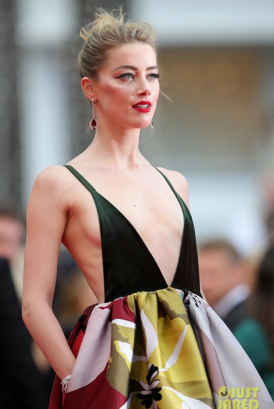 Amber Heard và Irina Shayk thiêu đốt thảm đỏ Cannes với mốt không nội y - 1