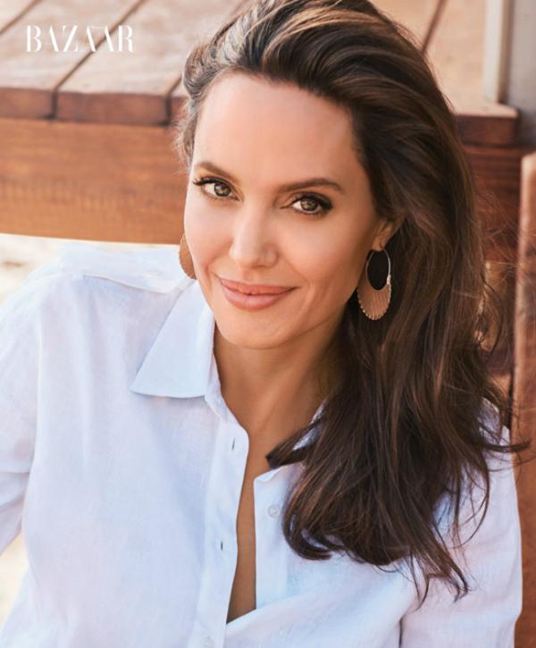 Dù đã bước sang tuổi 43, trải qua nhiều thăng trầm trong cuộc sống và sức khỏenhưng Angelina Jolie vẫn giữ được làn da tươi trẻ.