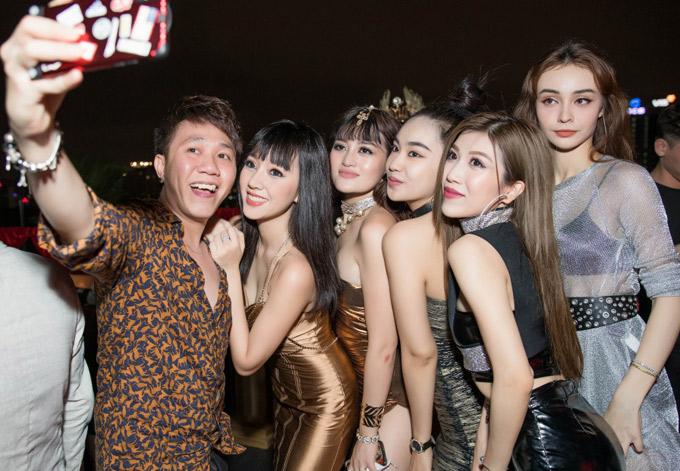 Diễn viên hài Anh Đức hào hứng chụp ảnh selfie cùng dàn người đẹp gồm Băng Di, Thùy Anh, Song Ngư, Trang Pháp và MLee tại sự kiện.