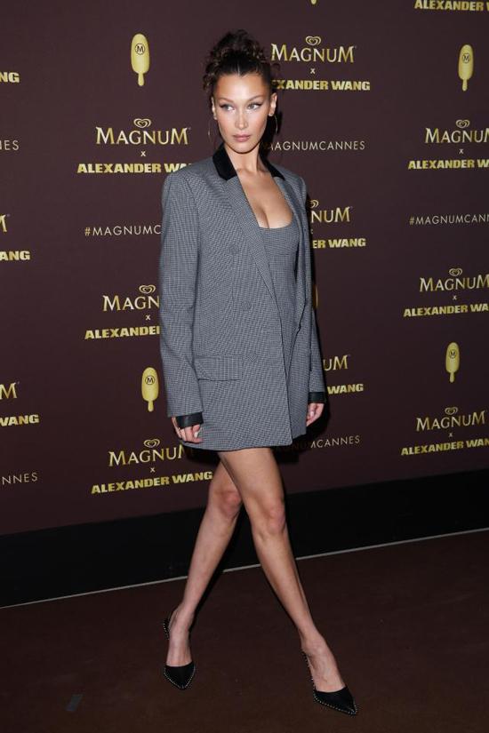 Bella Hadid khi đến buổi tiệc. Cô đang bận rộn với nhiều hoạt động trong khuôn khổ liên hoan phim Cannes.