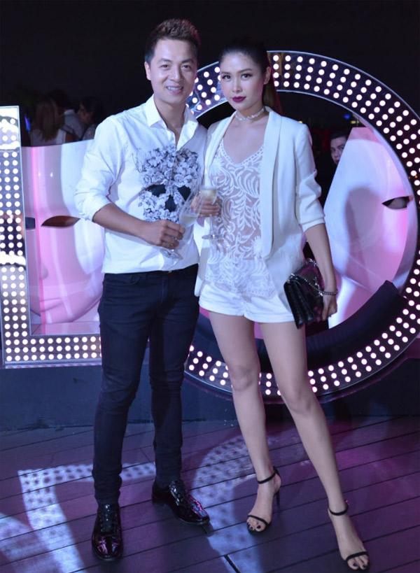 Vợ chồng Đăng Khôi - Thủy Anh mặc ton-sur-ton, tình tứ sánh đôi trong đêm tiệc.
