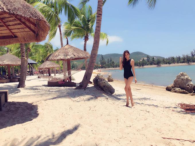 Kỳ Hân tạo dáng chụp ảnh tại bãi biển Nha Trang. Người mẫuquê Sóc Trăng diện bộ đồ bơi một mảnh màu đen khoe eo thon và cặp chân dài.