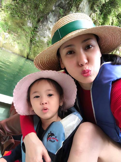 Hà Kiều Anh đưa các con sang Nhật du lịch. Cô viết: Lần nào đi Nhật cũng thấy thời gian trôi thật nhanh, thoắt cái là đến ngày về. Hình như cuộc vui thì luôn thấy chóng vánh hay sao đó nhỉ, trong lòng vẫn còn ngẩn ngơ.