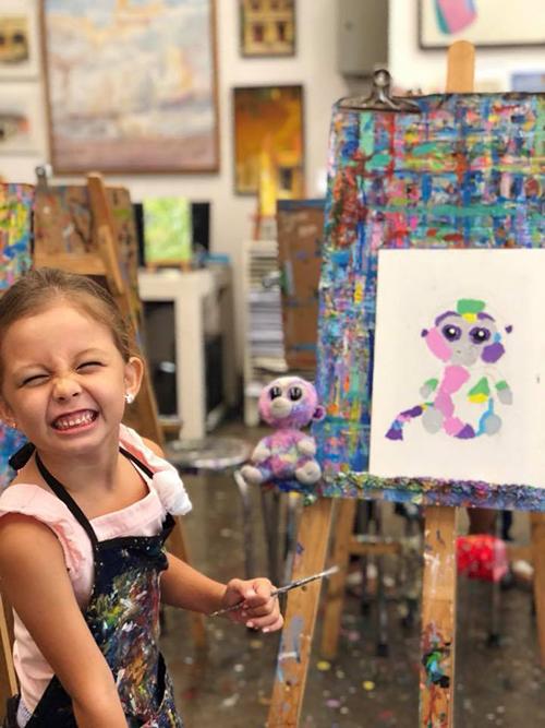 Bé Tép nhà Hồng Nhung thích thú híp mắt trong lớp vẽ. Nữ ca sĩ chia sẻ: Chị Ba vẽ bạn thân của mình! Khỉ mắt to chị đặt tên là Rainbow.