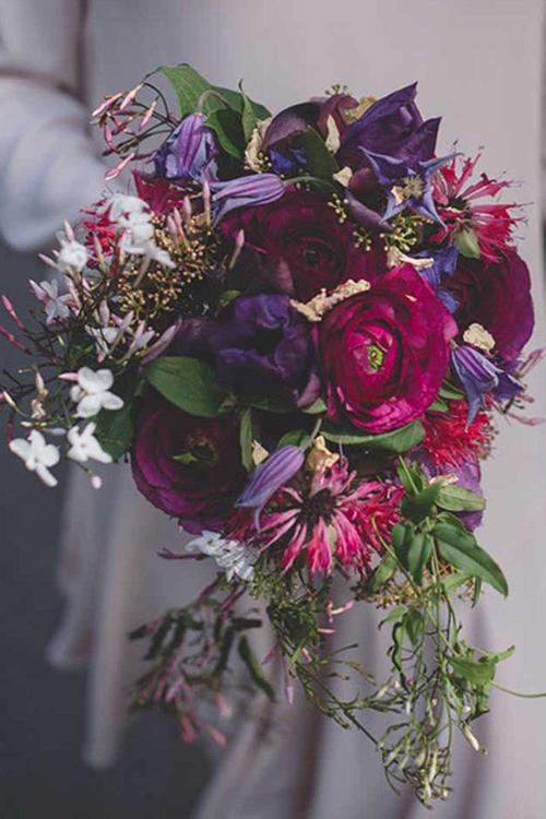 Một bó hoa nữa cũng nằm trong sự suy đoán của các chuyên gia được kết từ cây mao lương, hoa ông lão, hoa nhài, hoa xô đỏ.Kitten Grayson - chủ của thương hiệu hoa cùng tên chia sẻ: Với mái tóc màu nâu sậm và nước da bánh mật của Meghan, chắc hẳn tôi sẽ thực hiện một bó hoa màu đậm để thể hiện tính cách cởi mở và vui tươi của cô ấy, sau đó phủ lên những hạt vàng óng ánh mang đậm phong cách sang trọng của Hoàng gia.