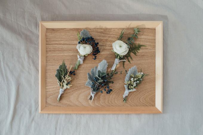 Những chiếc lá to bản tô điểm thêm nét trong trẻo của bông hoa cài áo.