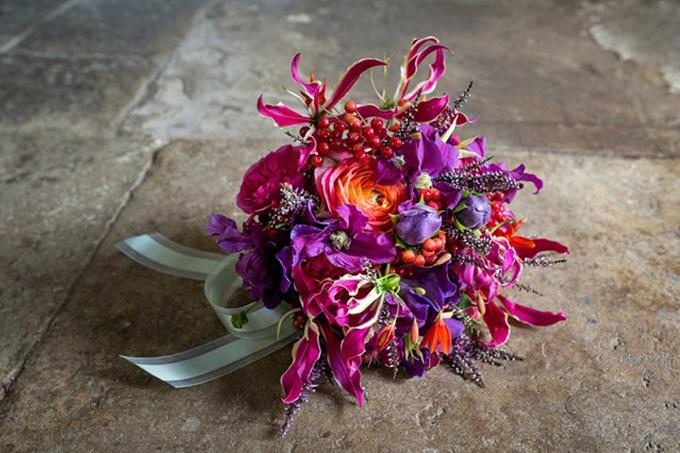 Bó hoa sặc sỡ kết từ hoa huệ tây, hoa ông lão, cây thạch nam, việt quất đỏ, hoa hồng leo Kate và Love Story đến từ vườn của David Austin cũng nằm trong danh sách dự đoán.Mathew Dickinson - chủ thương hiệu hoa Dickinsonanddoris tại Anh cho hay: Tôi nghĩ Meghan sẽ chọn bó hoa này vì nó phù hợp với tính cách sôi động và năng nổ của cô ấy. Màu sắc của bó hoa rất rực rỡ, hoa hồng leo Kate và Love Story còn gửi gắm ý nghĩa về một cuộc hôn nhân lâu dài và hạnh phúc.