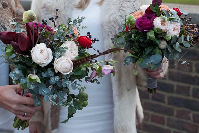 Bó hoa được kết từ giống hoa hồng leo Kate và Keira đến từ vườn của David Austin, hoa loa kèn đỏ, trái việt quất, cây bạch đàn, cây lê lư Anh. Những bông hồng xinh xắn và rực rỡ sẽ góp phần tô điểm cho nụ cười tươi sáng của Meghan.