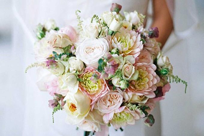 Vẻ ngọt ngào của bó hoa này đến từ thược dược, hoa hồng, hoa lan Nam Phi và cây hoa bia.Chị Jamie Aston - chủ cửa hàng hoa cùng tên phân tích: Bó hoa này được kết từ hoa hồng và hoa thược dược mang đậm phong cách Anh dễ lọt vào tầm ngắm của Meghan khi kết hôn với hoàng tử Harry. Mặc dù hoa thược dược không phải là loại hoa truyền thống cho ngày cưới nhưng với sự phá cách của Meghan, không loại trừ khả năng chúng sẽ xuất hiện trong bó hoa cưới. Vẻ đẹp của hoa thược dược rất thu hút và phù hợp với hình ảnh của một công nương hiện đại.