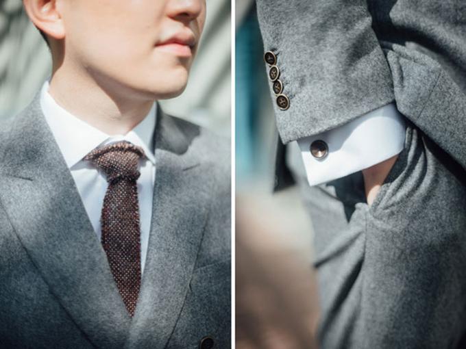 Thay vì vest đen, bộ cánh này giúp chú rể trông trẻ trung và cuốn hút hơn rất nhiều. Trang phục này phù hợp nhất với những lễ cưới được tổ chức ngoài trời.