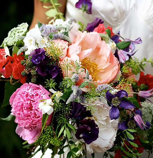 Theo nhiều chia sẻ trước đó từ Meghan, nữ diễn viên thổ lộ niềm yêu thích lớn với loài hoa mẫu đơn. Vì vậy, chuyên gia về hoa người Anh, Mairead Curtin và Athena Duncan cho rằng có thể Meghan sẽ lựa chọn một bó hoa được kết chủ yếu từ loài hoa này với sắc vàng nghệ, đỏ, lá bụi và nhánh myrtle. Về tổng thể, bó hoa sẽ mang nét dịu dàng và quyến rũ giống như vẻ đẹp của Megan.