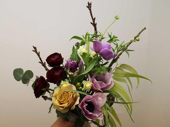 Cây mao lương, hoa thuỷ tiên, cành hoa hồng, cỏ chân ngỗng, bạch đàn, hoa tulip, cây liễu tơ, cây bồi mẫu là những nguyên liệu để tạo thành bó hoa này.Giám đốc Alisa Lambina của thương hiệu hoa Untitled nhận định bó hoa này sẽ phù hợp hơn cả với Meghan. Bó hoa có cấu trúc 3 tầng với những bông hồng vàng xen lẫn cỏ chân ngỗng và trên cùng là những đoá hoa tím. Những nhành hoa thuỷ tiên mùa xuân đang chớm nở cũng ngụ ý về một khởi đầu mới giữa Meghan và Harry trong tương lai.