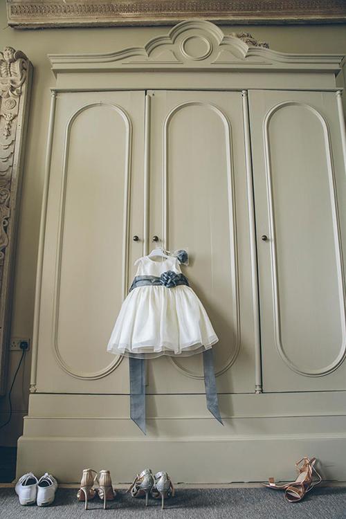 Chắc hẳn những cô bé con trông sẽ rất đáng yêu trong trang phục váy trắng nơ xám và tay cầm giỏ hoa.