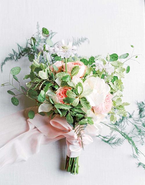 Doanh nhân Ronny Colbie với chuỗi cửa hàng hoa lớn cùng tên tại Anh cho rằng cô gái người California - Meghan sẽ chọn những bông hoa mang màu sắc tươi sáng. Anh dự đoán rằng nàng dâu mới Hoàng gia sẽ chọn những đoá mẫu đơn và hoa hồng đến từ vườn David Austin - một trong những vườn hồng đẹp nhất thế giới làm hoa cưới cầm tay.Nhà thiết kế hoa nổi tiếng Ricky Paul dự đoán rằng một bó hoa có màu sắc nhẹ dịu và hương thơm nồng nàn được kết từ hoa hồng trong vườn của David Austin sẽ là lựa chọn tinh tế cho Công nương mới của nước Anh. Bó hoa này sẽ mang hương thơm đặc trưng của mùa hè Anh quốc.