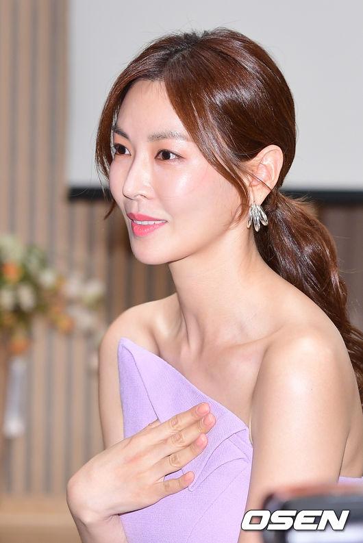 Sau một năm lên xe hoa về nhà chồng, Kim So Yeon càng xinh đẹp, quyến rũ. Cô mập hơn so với thời còn độc thân.