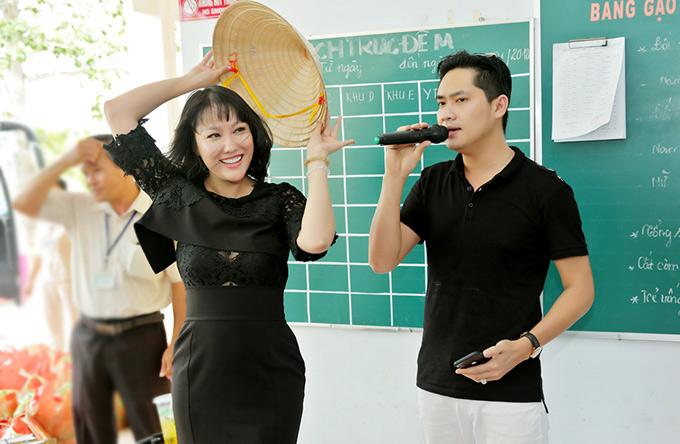 Phi Thanh Vân tình nguyện múa minh họa khi Minh Luân biểu diễn một ca khúc bolero.