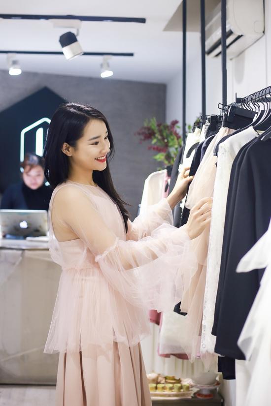 Xuất hiện tại buổi thử trang phục, Nhã Phương vẫn giữ được nét xinh đẹp và tươi tắn thường thấy.