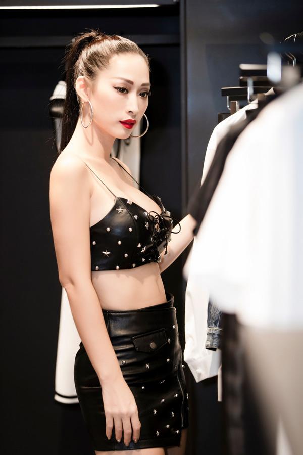 Chân dài quê Vũng Tàu mặc áo crop-top, váy ngắn, khoe chân dài, ngực đầy và eo thon khi đi mua sắm. Cô được mời tham gia show thời trang do hoa hậu Phạm Hương tổ chức vào tối 11/5 ở TP HCM.
