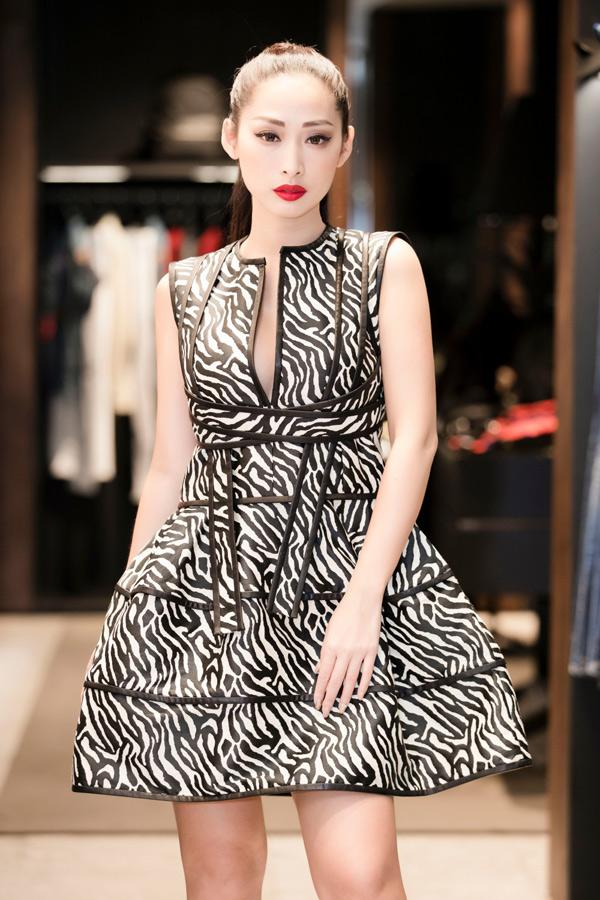 Quỳnh Thy chuộng những kiểu váy xẻ cổ sâu, tôn vẻ gợi cảm.