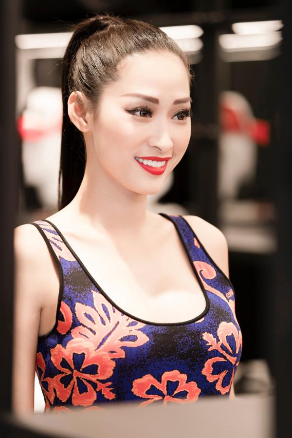Quỳnh Thy xinh đẹp rạng rỡ trong buổi đi mua sắm trang phục hàng hiệu. Cô từng đăng quang cuộc thi Hoa hậu sắc đẹp Việt Nam quốc tế 2016 ở Mỹ.